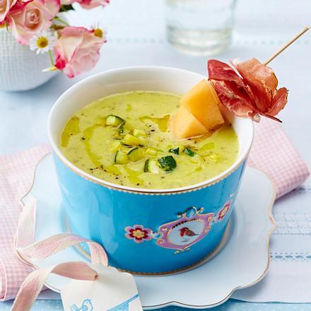 Zucchini-Suppe mit Melonen-Schinken-Spießen Rezept