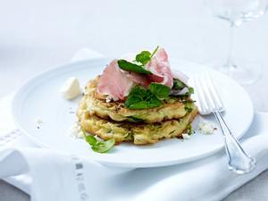Zucchinipuffer mit Fetakäse, Pancetta-Schinken und Brunnenkresse Rezept