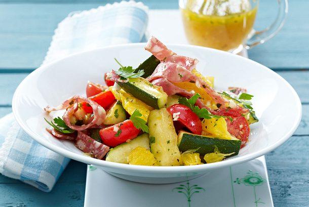 Zucchinisalat mit Orangen, Fenchelsalami und Kirschtomaten Rezept