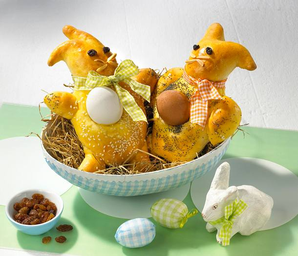 Zwei Hasis mit Ei Rezept