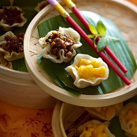 Zweierlei Dim-Sum: 1. mit Pilz-Möhren-Füllung 2. mit süßer Lotuspaste und Mango Rezept