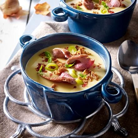 Zwiebel-Rahmsuppe mit Porree, Cheddar und gebratenen Entenbruststreifen Rezept