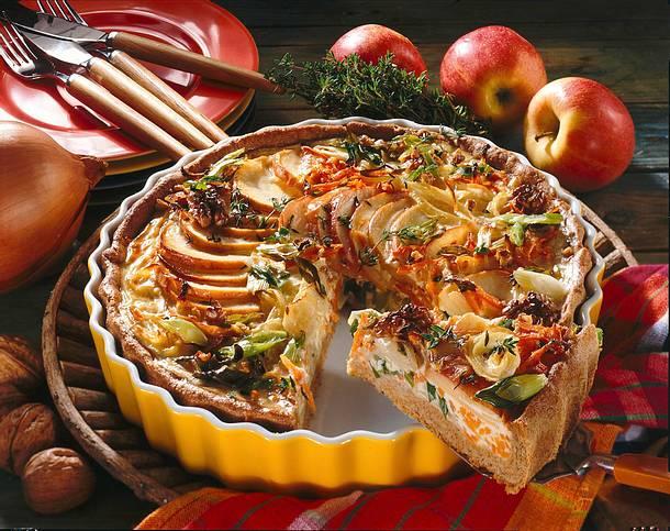 Zwiebel-Tarte mit Äpfeln und Nüssen Rezept