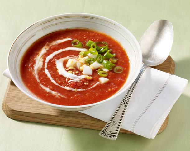 Zwiebel-Tomatensuppe mit Ei Rezept
