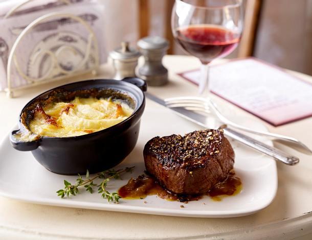 Zwiebelgratin mit Pfeffer-Steak Rezept