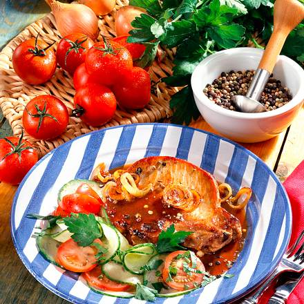 zwiebelkotelett mit tomaten gurken salat rezept chefkoch rezepte auf kochen. Black Bedroom Furniture Sets. Home Design Ideas