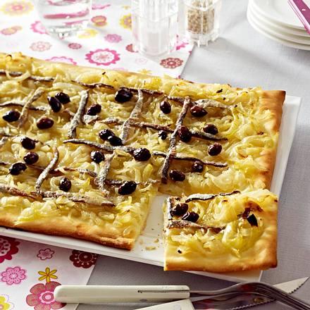 Zwiebelpizza mit Anchovis und Oliven Rezept