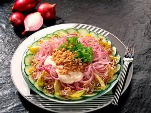 Zwiebelsalat mit Radieschensprossen und Hafer Rezept