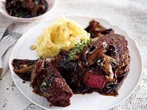 Zwiebelsoße zu Rib Eye Steak und Knoblauch-Kartoffel-Stampf Rezept