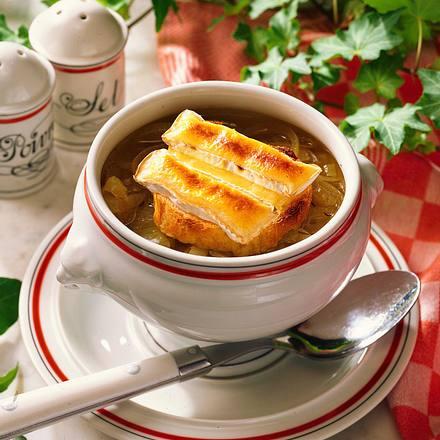 Zwiebelsuppe mit Camembert-Baguette Rezept